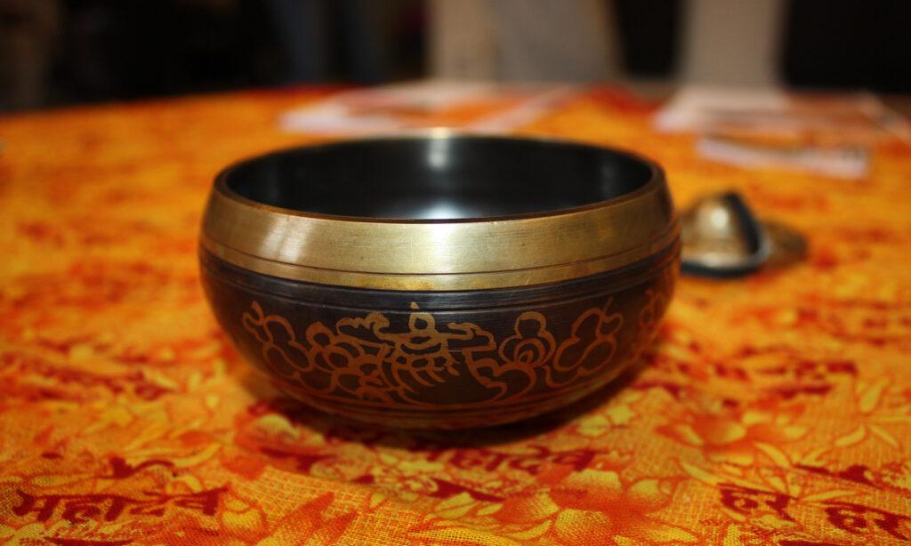 Syngeskål på orange dug med udskarp baggrund. Symboliserer mindfulness.